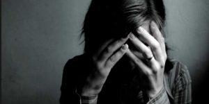psicóloga para la depresión en Valencia - mujer con anillo