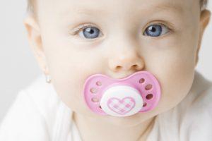 deglucion atipica en Valencia - bebe con chupete