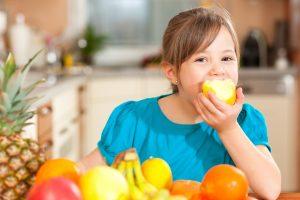alimentación durante el desarrollo - niña con fruta