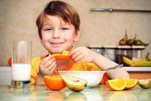 alimentación durante el desarrollo - niño desayunando