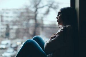 tratamiento para la depresión en Valencia - chica en la ventana