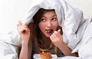 psicologo para bulimia en Valencia - chica comiendo a escondidas