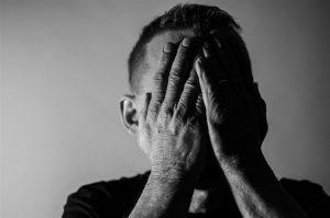 tratamiento para la depresión en Valencia - hombre con la cara cubierta