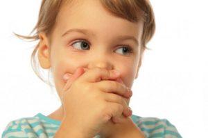 problemas del lenguaje en Valencia - niña tapándose la boca