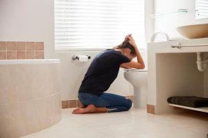 tratamiento para la bulimia en Valencia - mujer vomitando