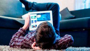 adolescentes y redes sociales - chico con tablet
