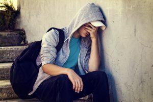 depresión en adolescentes - mochila y capucha