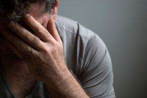 tratamiento para la depresión en Valencia - manos en la cara